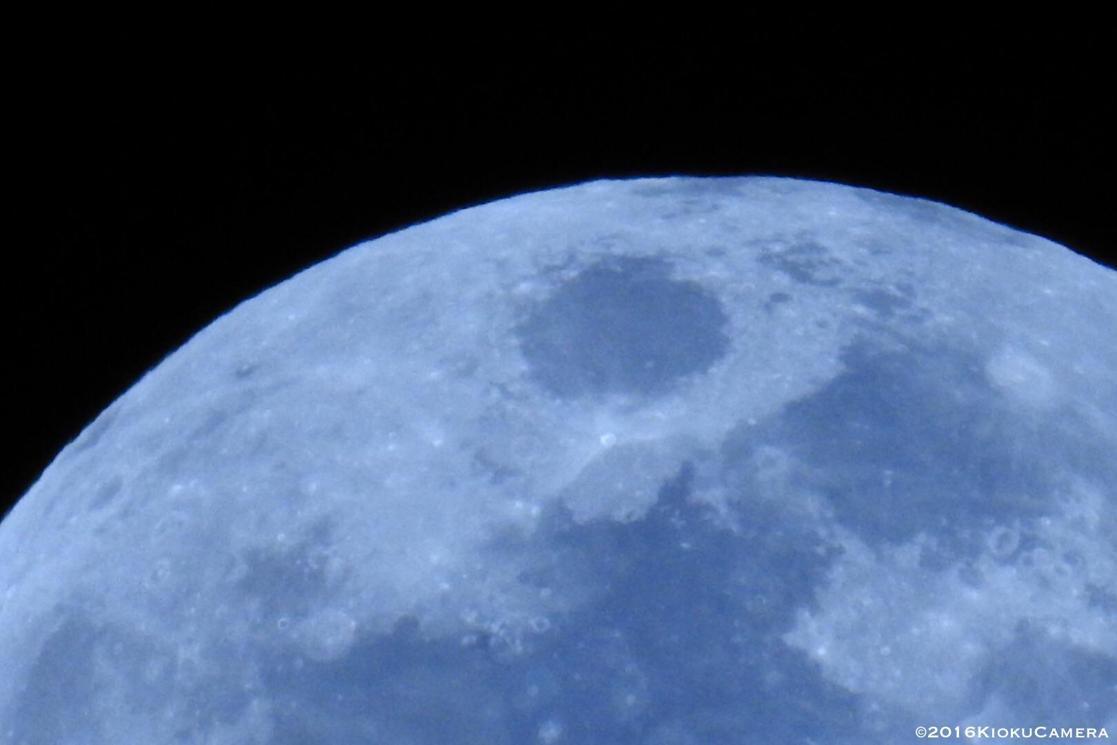 月も綺麗だけど、この瞬間、月を見ている人が多いことに癒される。