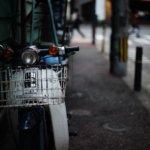 街角に佇む自転車やバイクが好きだ。まるで人のようだから。